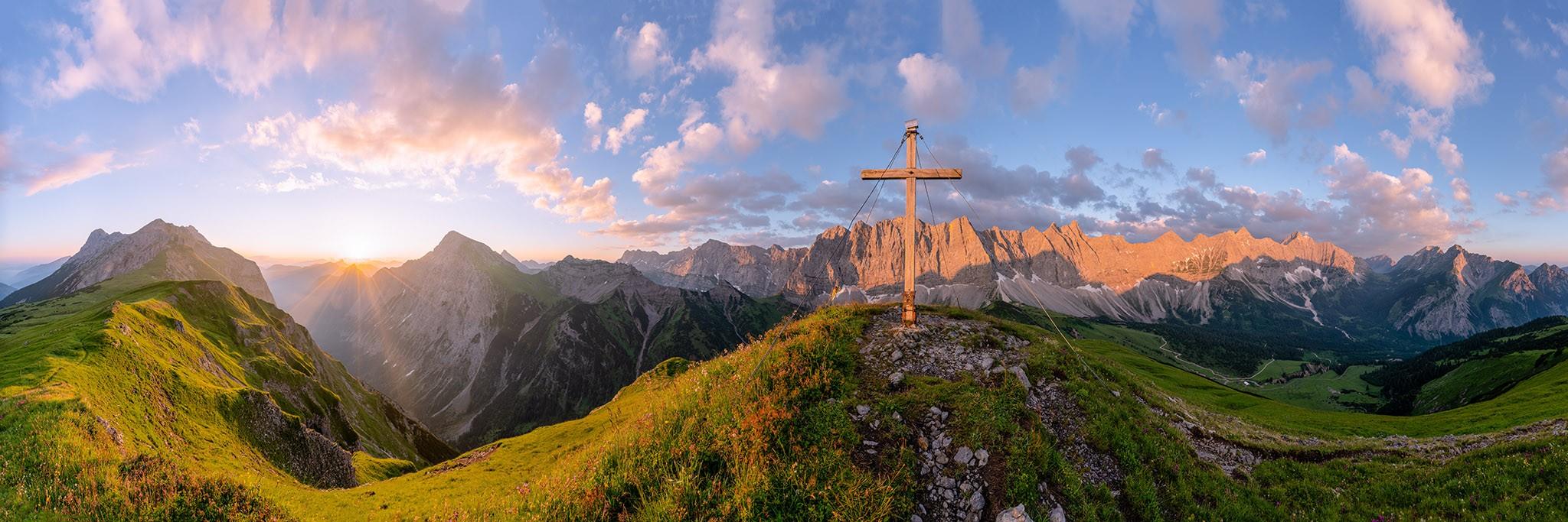 Sonnenaufgang am Mahnkopf mit Blick auf den Karwendelhauptkamm im Sommer.