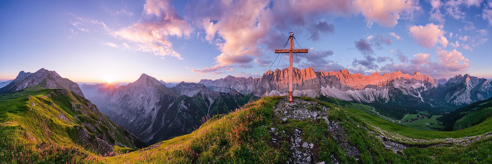 Sonnenaufgangsstimmung vom Mahnkopf mit Blick auf die angestahlte Laliderer Wand - Karwendelhauptkamm