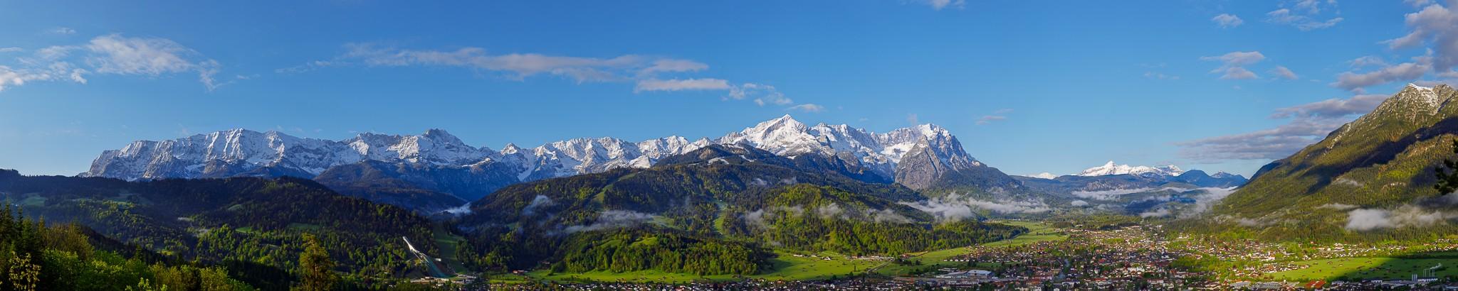 Berglandschaft im Frühjahr in Garmisch-Partenkirchen mit Panoramablick auf das Wettersteingebirge mit Alpspitze und Zugspitze. Auf der rechten Seite die Karmerspitz.