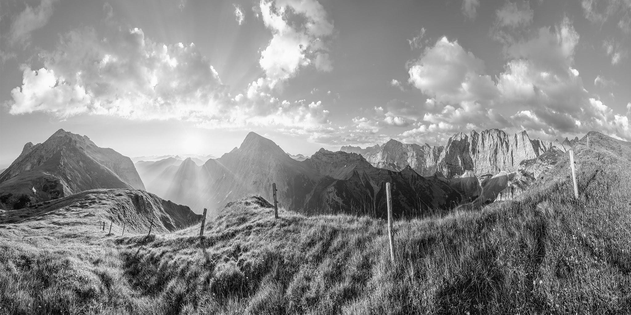 Karwendelgebirge - Mahnkopf mit Blick auf die angestahlte Laliderer Wand in schwarzweiss.