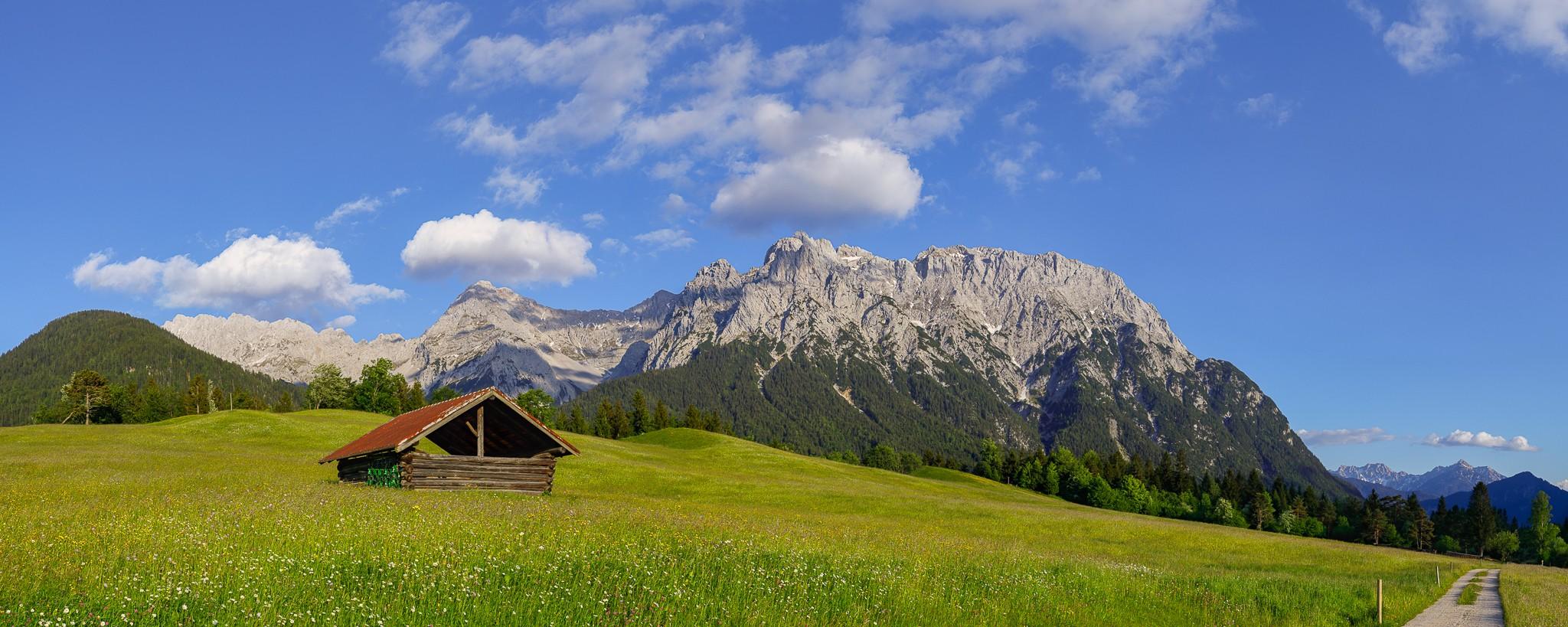 Auf der Wanderung über die Buckelwiesen (Tonihof) sieht man immer wieder hinüber zum Karwendel.