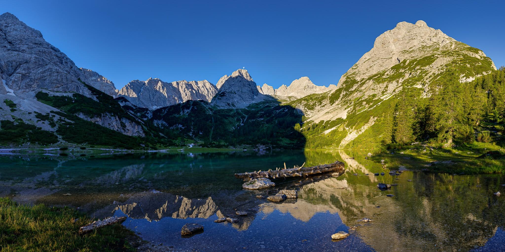 Morgendliche Spiegelung am Seebensee bei Ehrwald - Bergidylle mit Bergsee und Bergpanorama! Der Mond geht direkt über dem Vorderen Drachenkopf (2302m) unter.