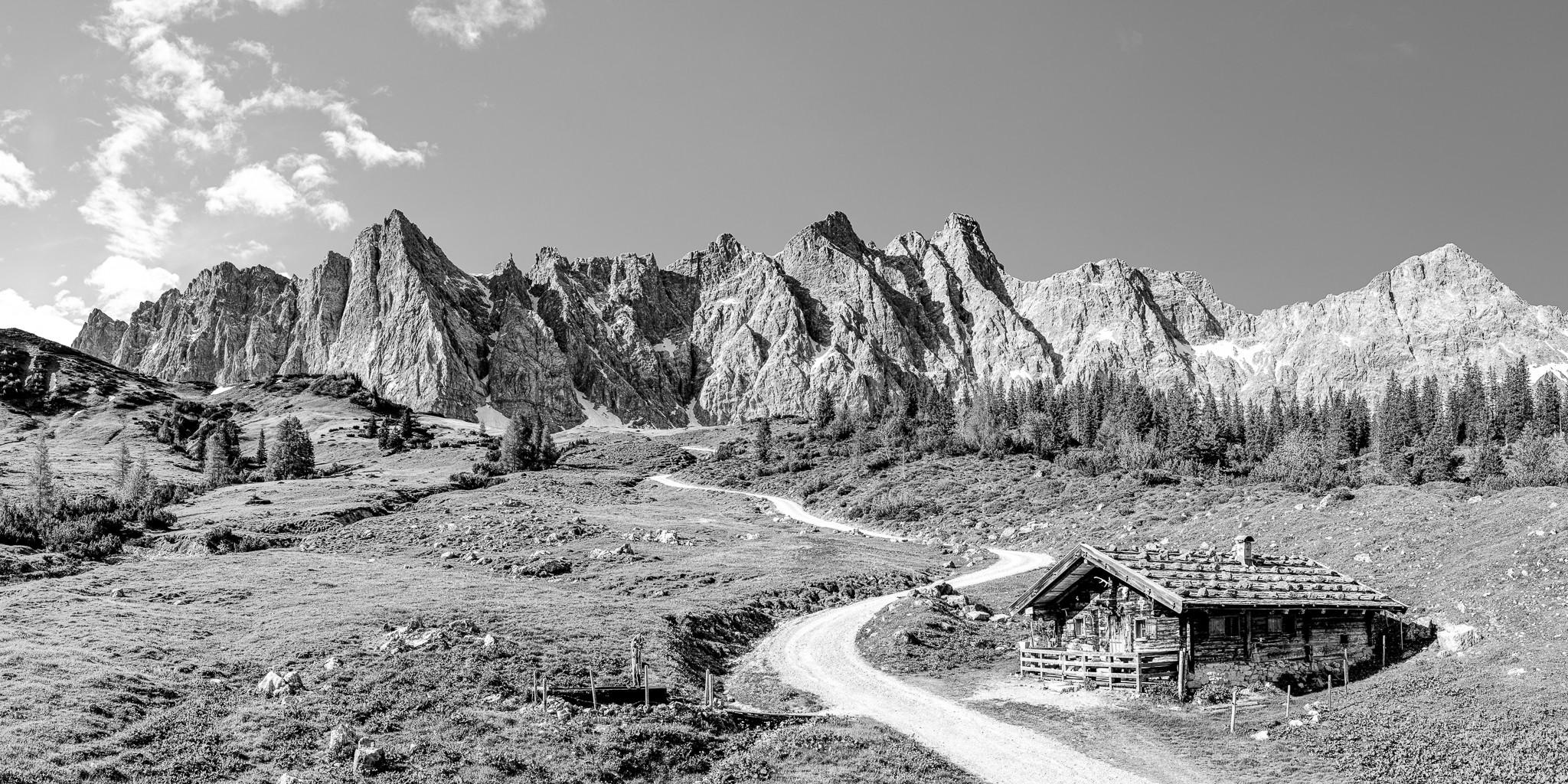 Auf dem Weg durchs Johannistal zur Falkenhütte kommt man an der urigen Ladizalm vorbei. Idyllisch gelegen mit Blick