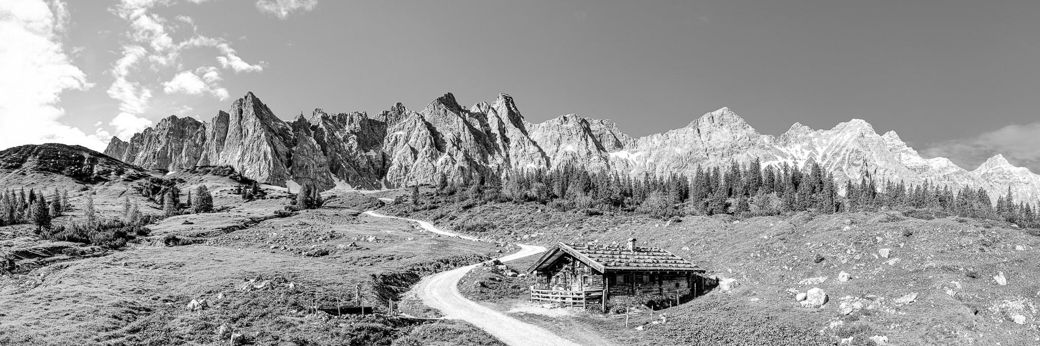 Schwarz-Weiß - Die urige Ladizalm (1573m) liegt auf dem steilen Weg zur Falkenhütte (1848m). Berge von links: Dreizinkenspitze, Laliderer Spitze, Bockkarspitze, Nördliche Sonnenspitze, Kühkarlspitze, Moserkarspitze, Kaltwasserkarspitze und Birkarspitze.