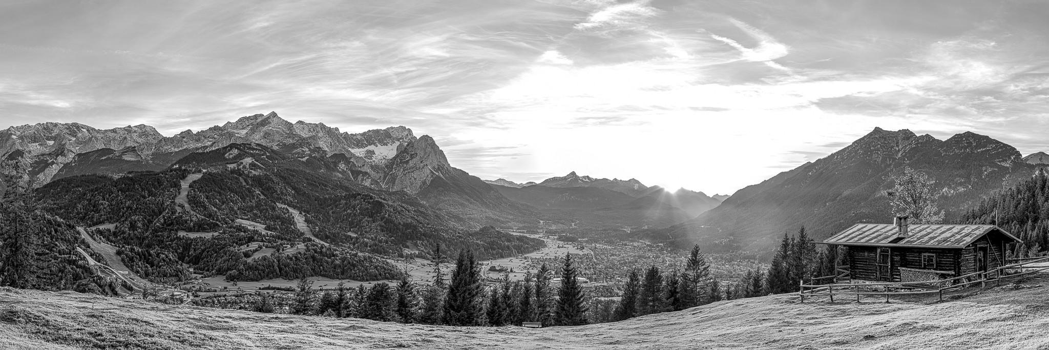 Eckenhütte - Blick über Garmisch-Partenkirchen Sonnenuntergang mit Blick auf die Alpspitze, Zugspitze und Kramerspitz in schwarz weiß.