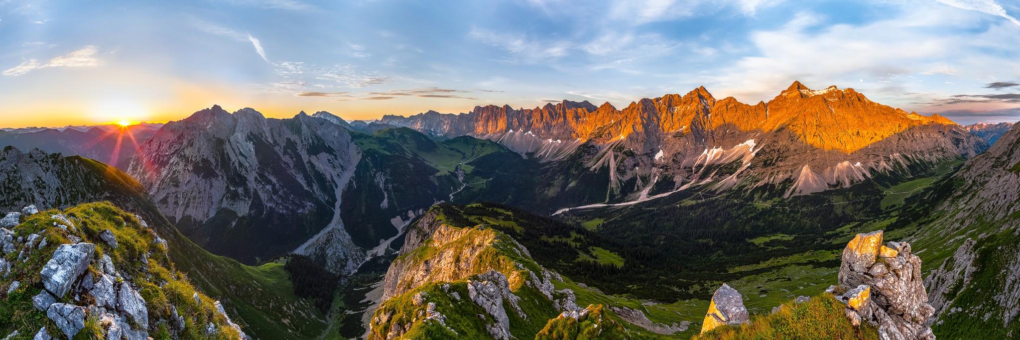 Bei Sonnenaufgang über dem Filzboden mit Blick auf den Karwendelhauptkamm und das Johannistal. Rechts die Birkarspitze, mittig sieht man zur Falkenhütte.