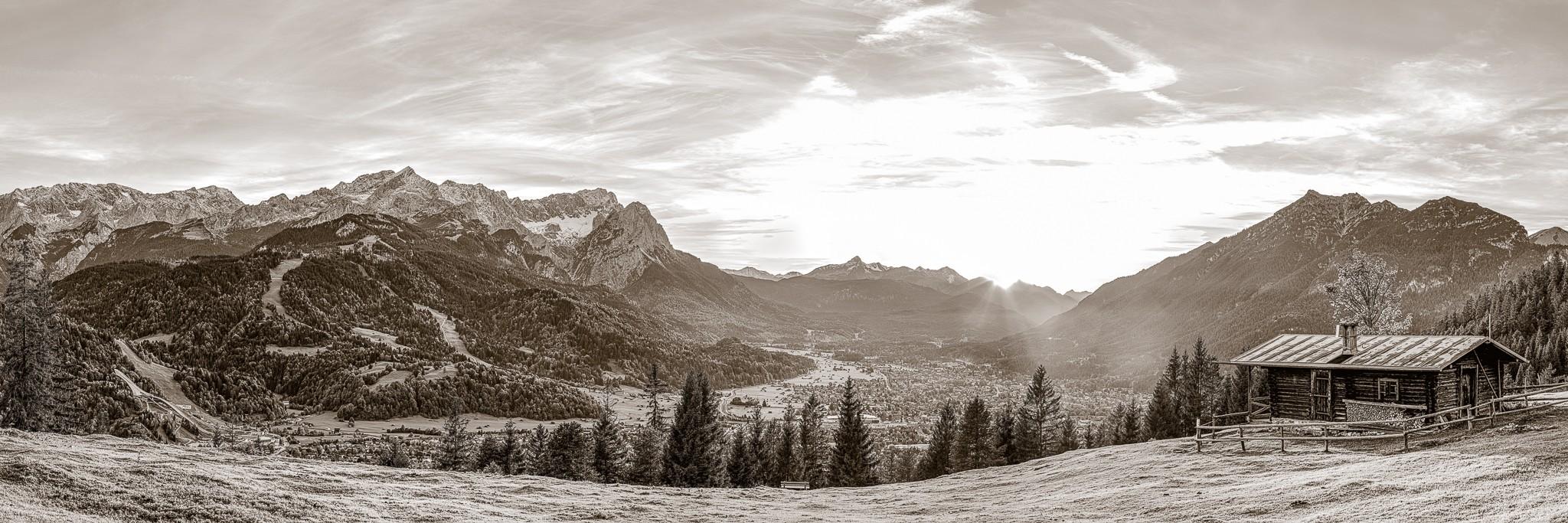 Blick von der Eckenhütte über Garmisch-Partenkirchen auf das Bergpanorama. Berge: Alpspitze, Zugspitze, Waxenstein - Daniel - Kramerspitz