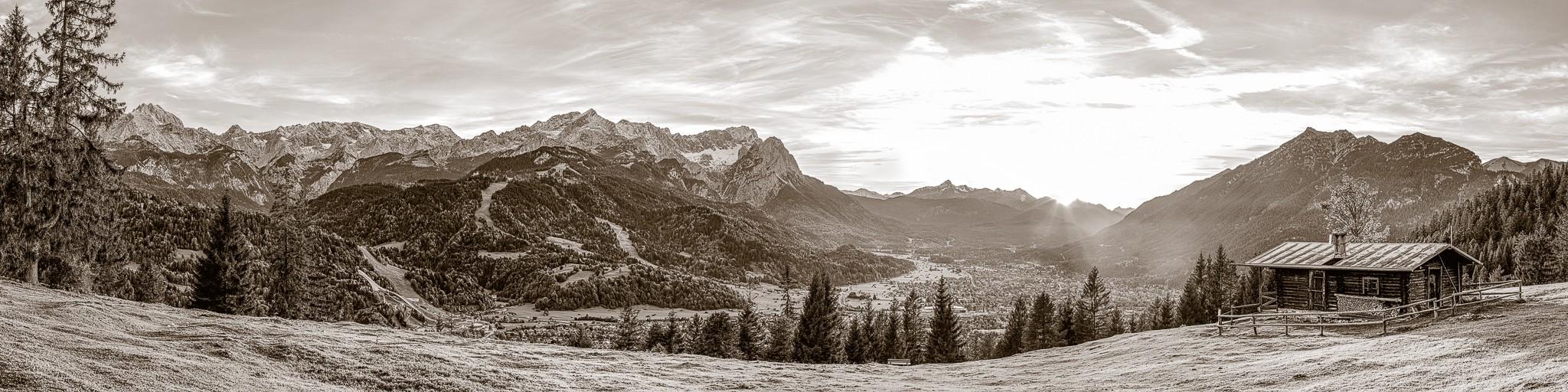 Blick von der Eckenhütte über Garmisch-Partenkirchen auf die Alpen. Berge: Alpspitze, Zugspitze, Waxenstein - Daniel - Kramerspitz