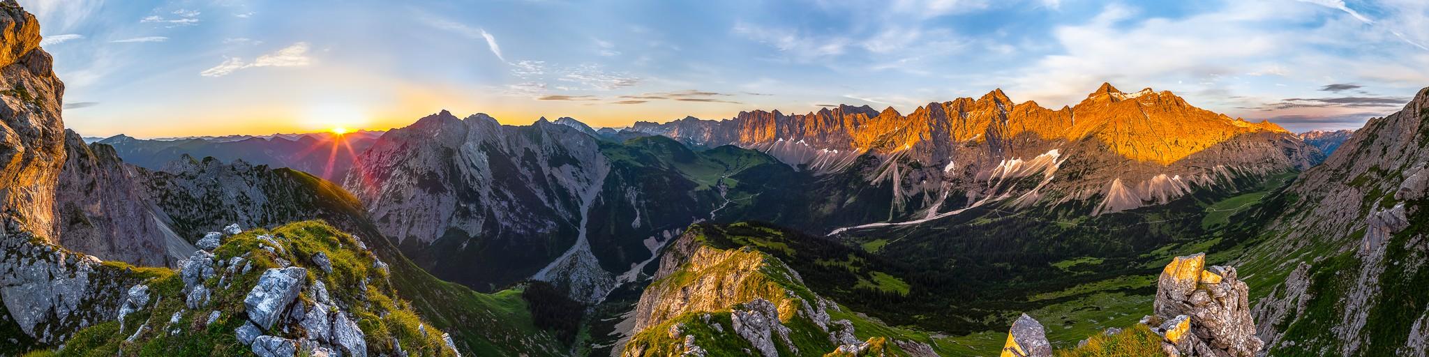 Sonnenaufgang im Karwendel, gegenüber liegt die Falkenhütte. Der Karwendelhauptkamm wird von der Morgensonne angestrahlt.