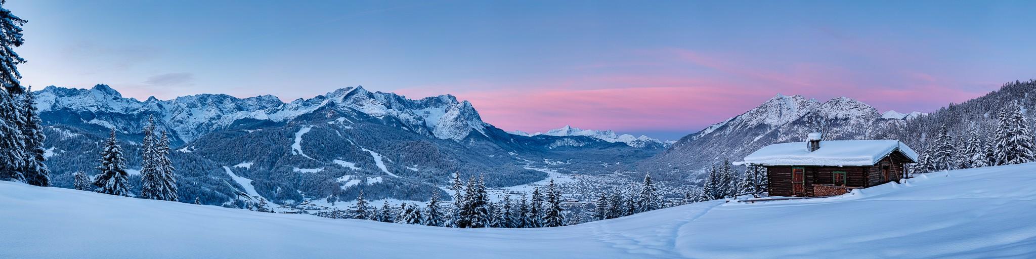 Sensationeller Wintermorgen in Garmisch-Partenkirchen. In der Blauen Stunde an der Eckenhütte (Wank) mit einem Panoramablick auf die Winterlandschaft mit Bergkulisse.