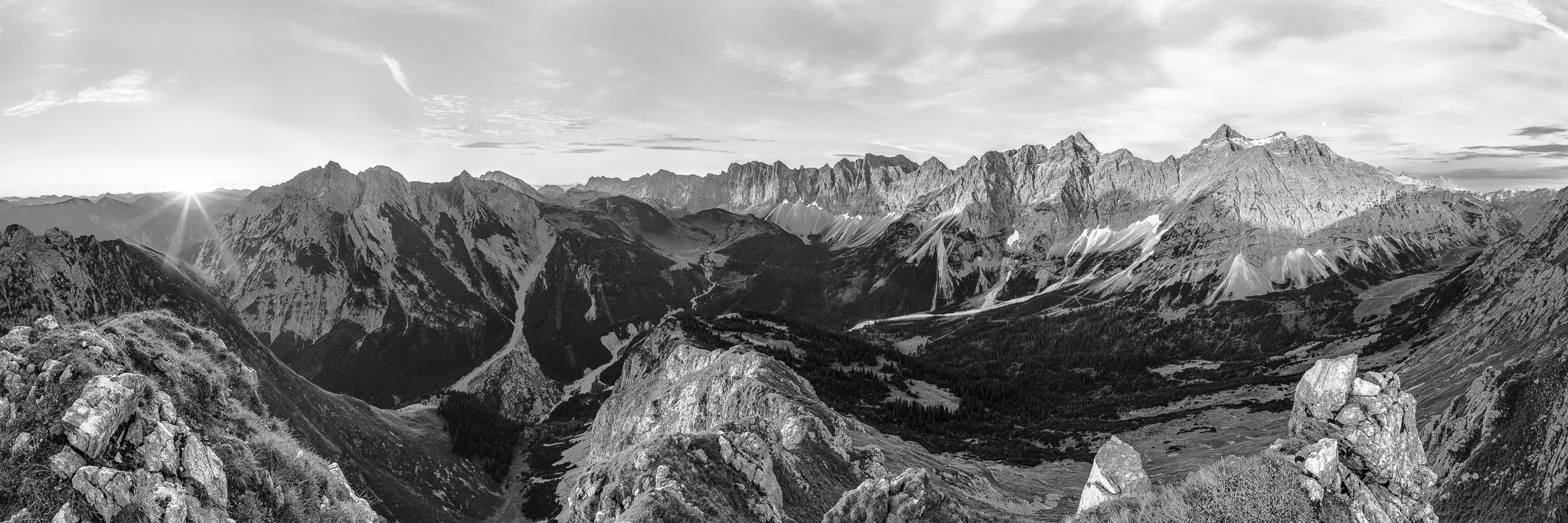 Karwendelhauptkamm 3 : 1 schwarz weiß. Sonnenaufgang am Karwendelhauptkamm, Schatten am kleinen Ahornboden