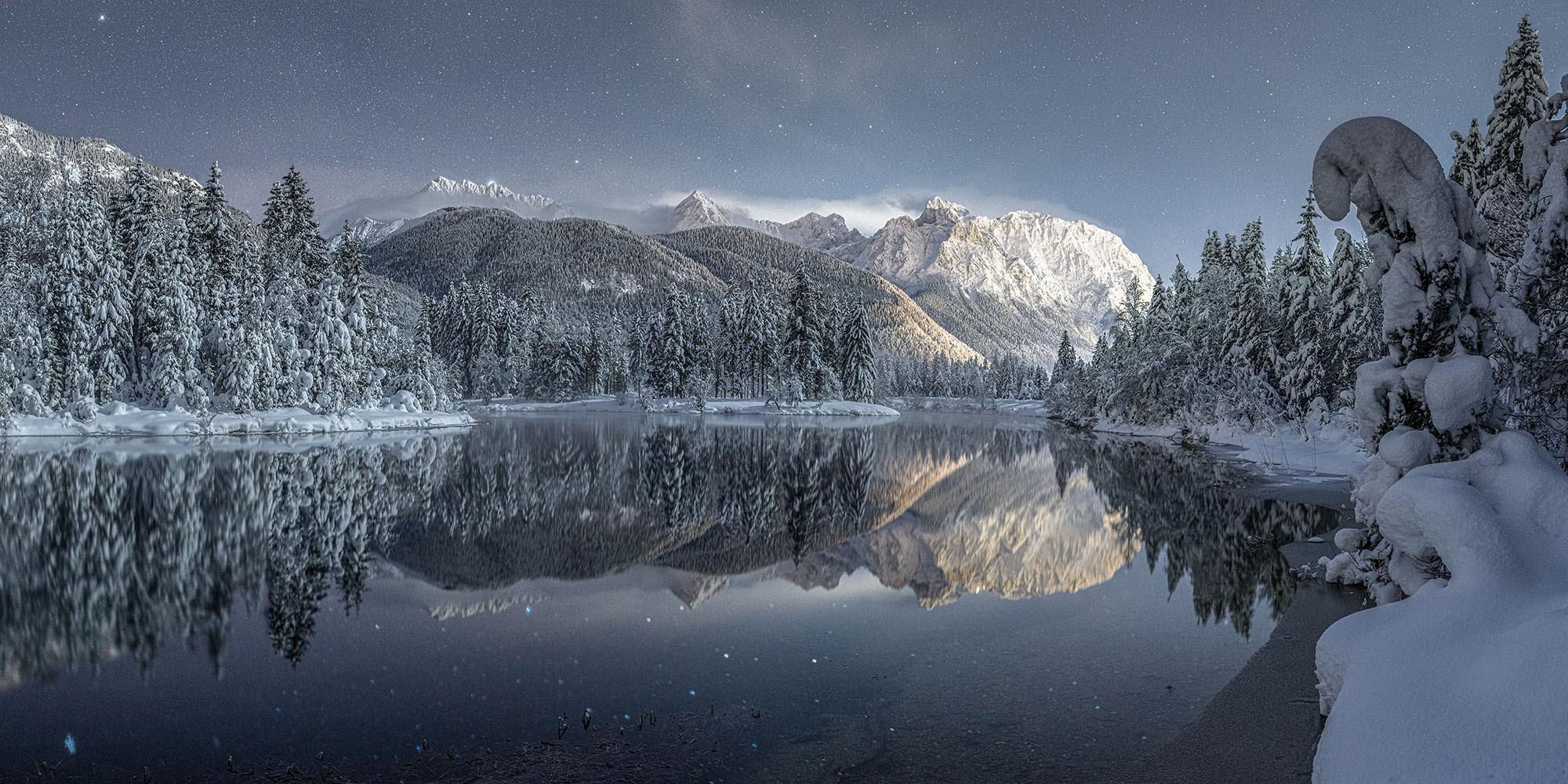 Bergsee bei Krün mit Blick auf Karwendel. Extreme Langzeitbelichtung einer traumhaften Winternacht.Imposante Schleierwolken