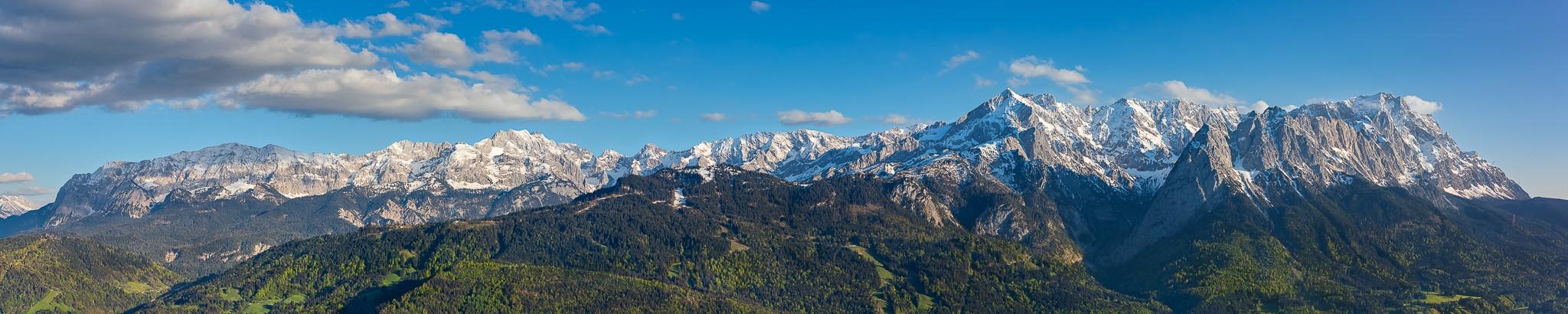 Panoramablick auf die Garmisch-Partenkirchener Berge. Wettersteingebirge von der unteren Wettersteinspitze - Wettersteingrat - Partenkirchener Dreitorspitze- Alpspitze - Jubiläumsgrat - Zugspitze.