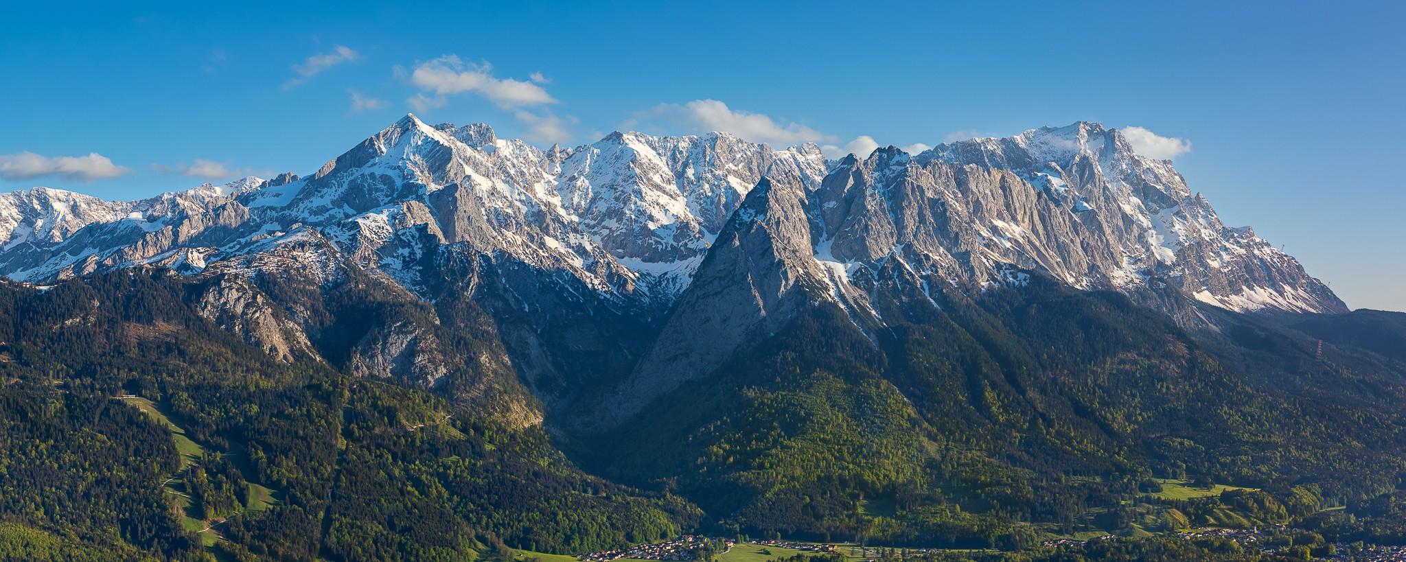 Alpspitze, Höllental, Waxenstein und Zugspitze im Frühsommer