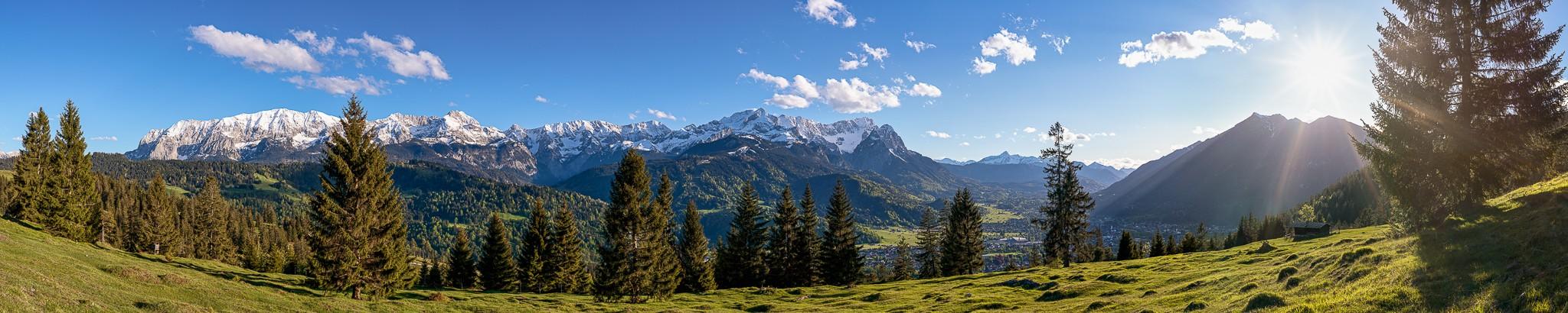 Bergwald  - Almwiese über Garmisch-Partenkirchen mit Blick auf die Garmisch-Partenkirchener Berge. Wettersteingebirge mit Alpspitze und Zugspitze - rechts die Kramerspitz.