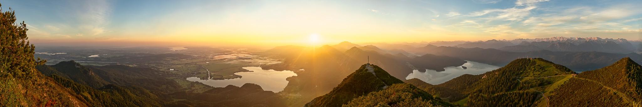 Sonnenaufgang am Herzogstand. Panoramablick vom Staffelsee, Starnberger See, Kochelsee, Jochberg, Benediktenwand, Walchensee bis zur Westlichen Karwendelspitze.