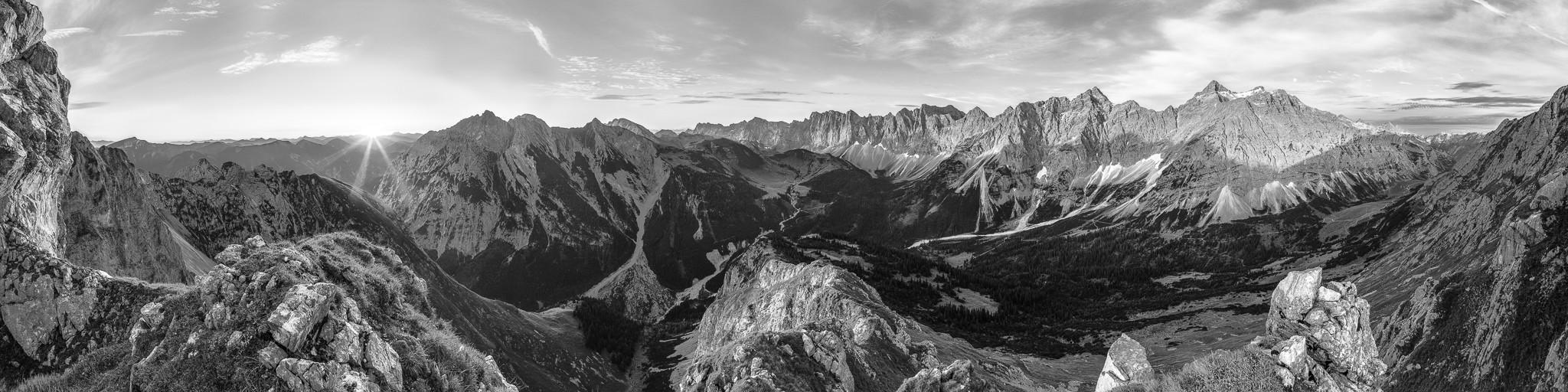 Karwendelgebirge: Der Karwendelhauptkamm mit der Birkarspitze, Kaltwaaserkarspitze, Nördliche Sonnenspitze, Bockkarspitze, Laliderer Spitze mit Herzogkante und Dreizinkenspitze. Ein beeindruckender Anblick. Links die Falkengruppe.