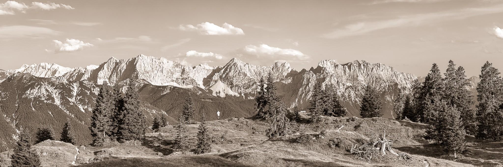 Sepia - Goldene Stunde auf der Almwiese mit einzeln stehenden Bäumen. Blick auf das Karwendelgebirge mit Hoher Wörner, Tifkarspitze, Westliche Karwendelspitze, Viererspitze und Linderspitze