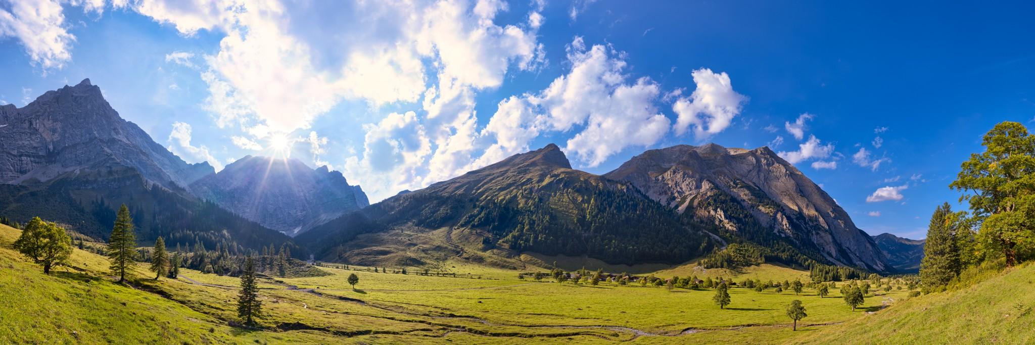 Herbst an der Engalm / Großer Ahornboden. Von der Engalm (1227m) kann man über das Hohljoch zur Falkenhütte (1848m) wandern.