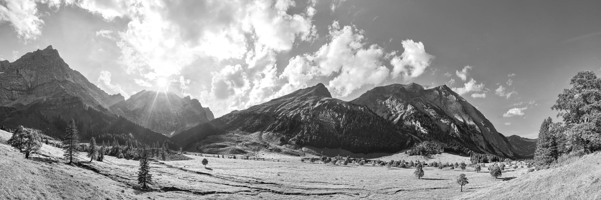 Schwarz Weiß: Herbst an der Engalm / Großer Ahornboden. Von der Engalm (1227m) kann man über das Hohljoch zur Falkenhütte (1848m) wandern.