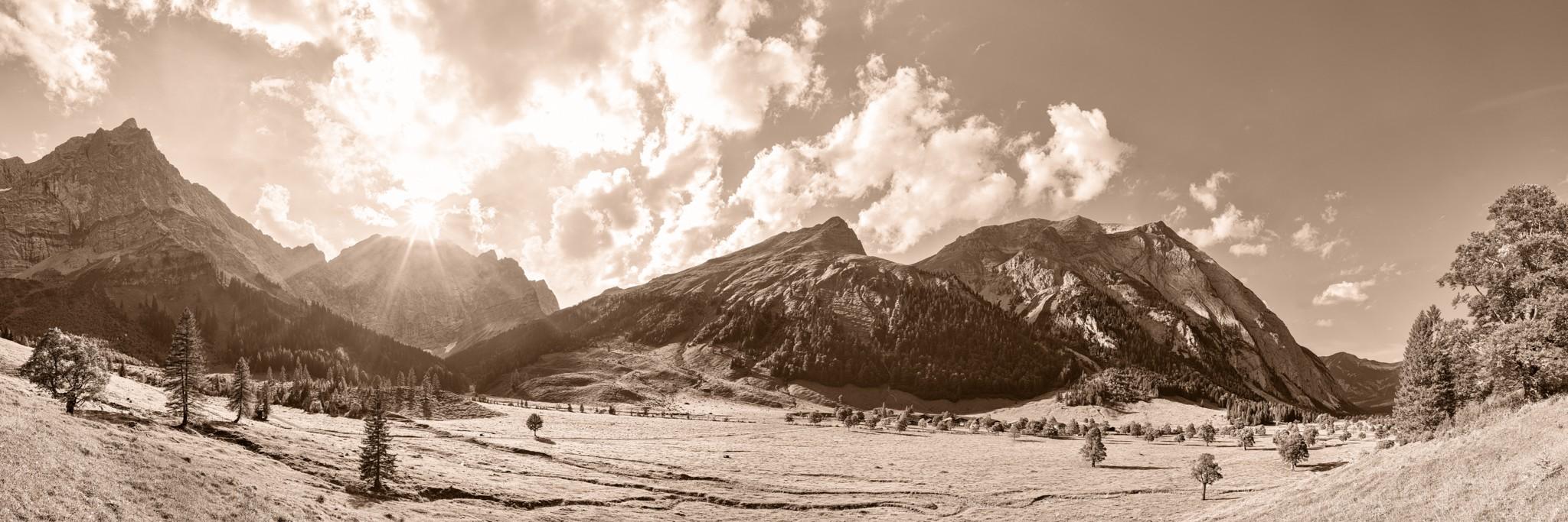 Sepia: Herbst an der Engalm / Großer Ahornboden. Von der Engalm (1227m) kann man über das Hohljoch zur Falkenhütte (1848m) wandern.