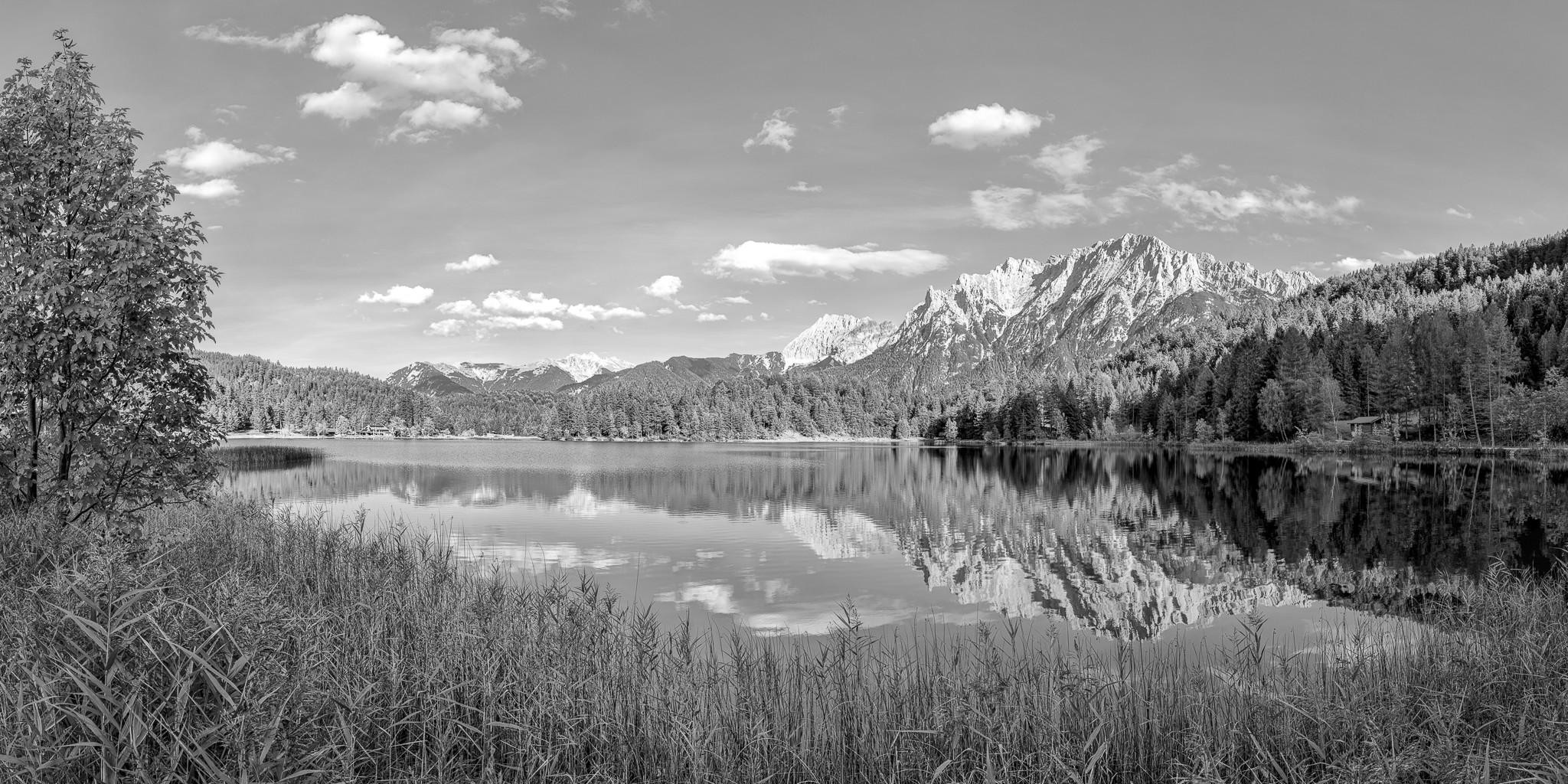 Schwarz-Weiß: Einer der vielen Seen in der Alpenwelt Karwendel ist der idyllisch über Mittenwald gelegene Lautersee.