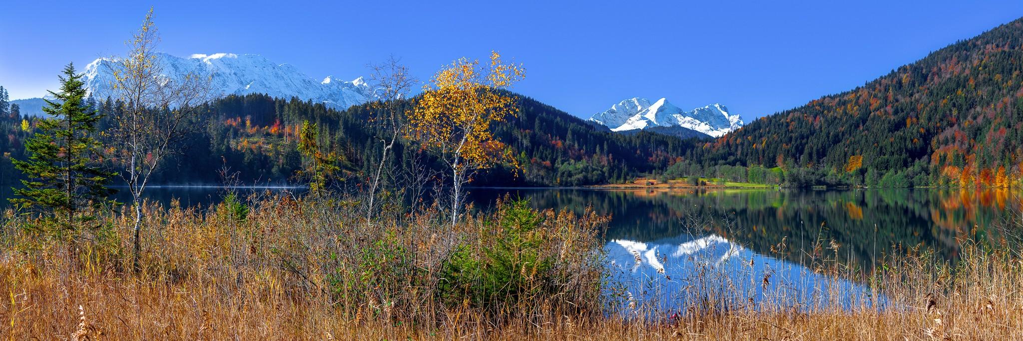 Barmsee-Herbst Panorama mit Spiegelung im See - Alpspitze Zugspitze