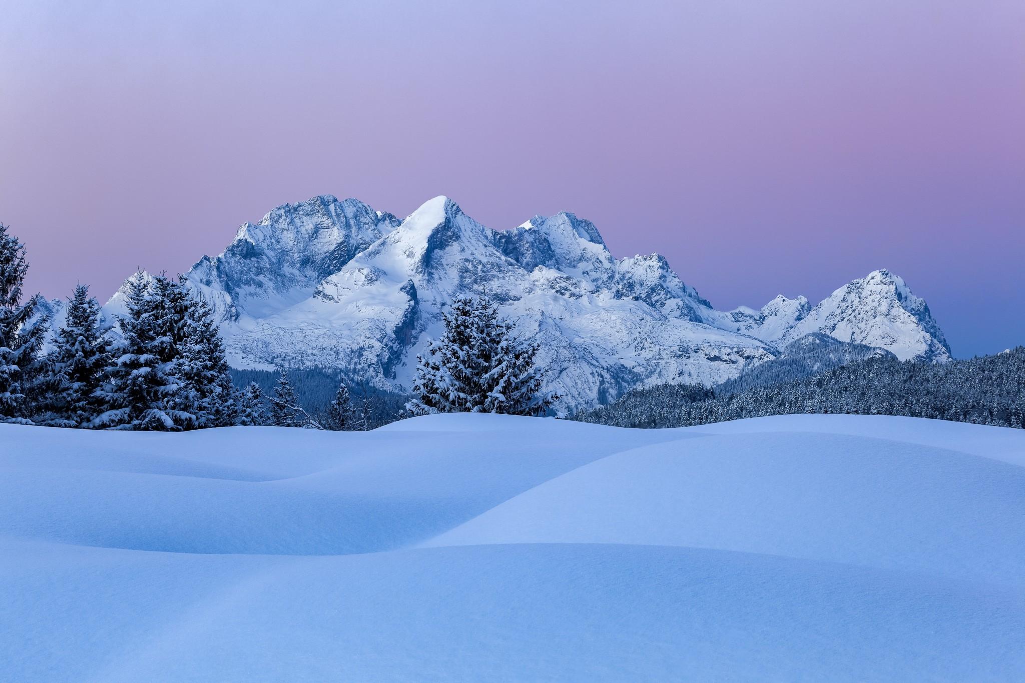 Buckelwiesen im Winter - Berglandschaft bleue Stunde mit viel Schnee.