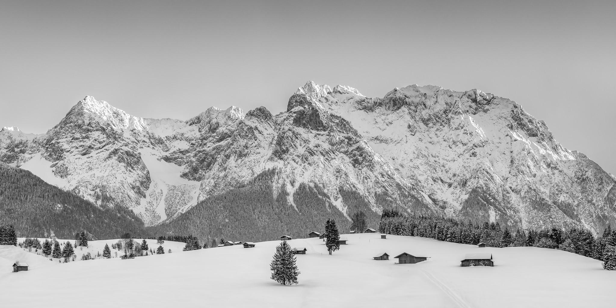 Karwendel - Buckelwiesen im Winter - schwarz weiß mit verschneiten Stadel