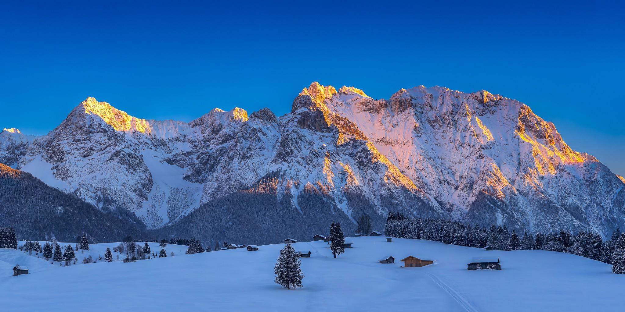 Karwendel - Buckelwiesen im Winter. Berg bei Mittenwald, mit verschneiten Stadeln