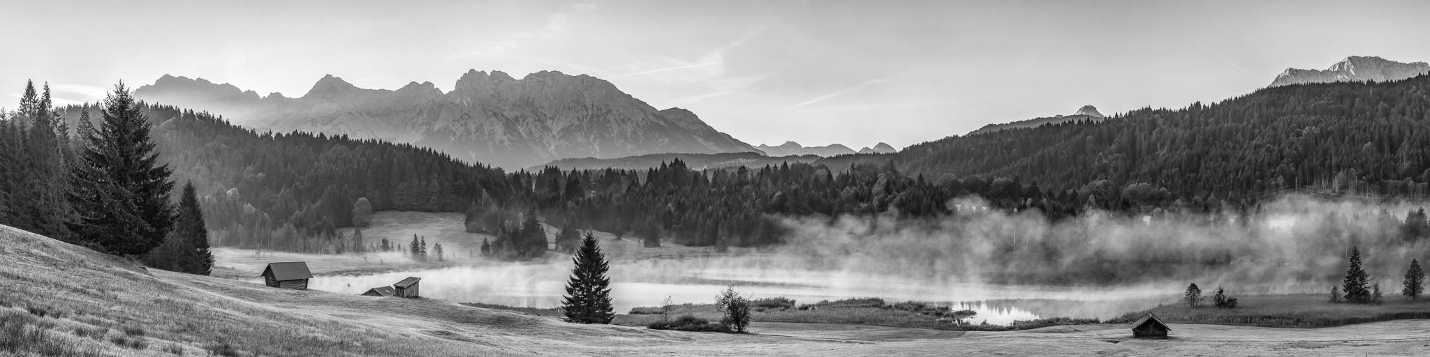 Morgendunst am Geroldsee schwarz-weiß - Blick zum Karwendel