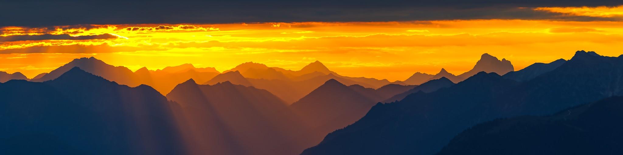 Goldener Sonnenuntergang - Bergpanorama