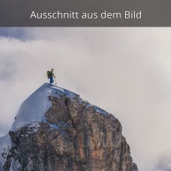 Tourengeher mit Ausblick am Gipfel
