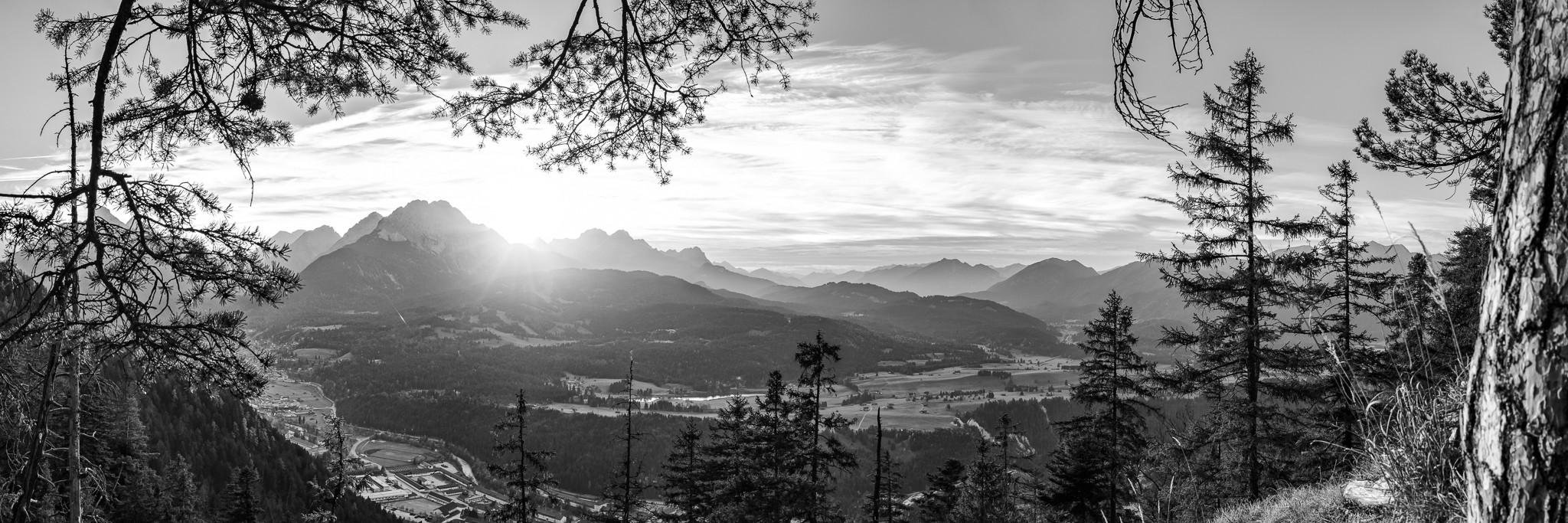 Sonnenuntergang in den Alpen. Abendblick über Mittenwald auf das Wettersteingebirge. Unten rechts sind die Buckelwiesen zwischen Mittenwald und Krün.