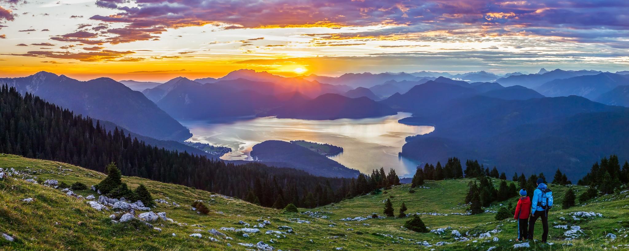 Sonnenaufgang mit knalligen Farben am Simetsberg. Unten ist der Walchensee.