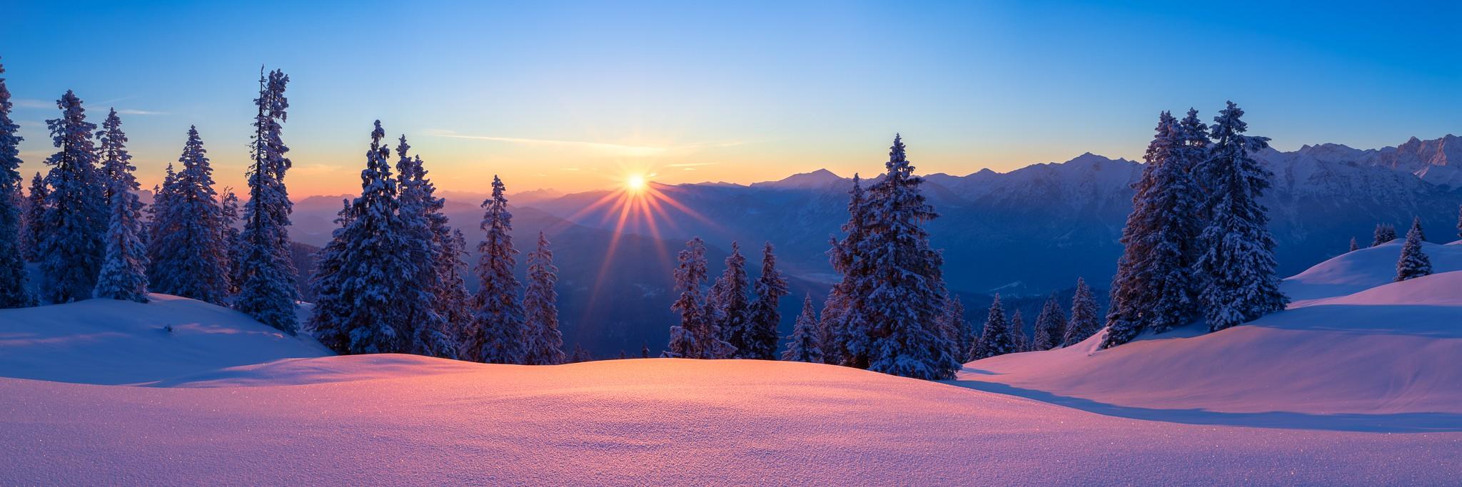 Der Pulverschnee funkelt mit der aufgehenden Sonne - Schnee auf den Bäumen und im Tal - was kann man sich Schöneres vorstellen.