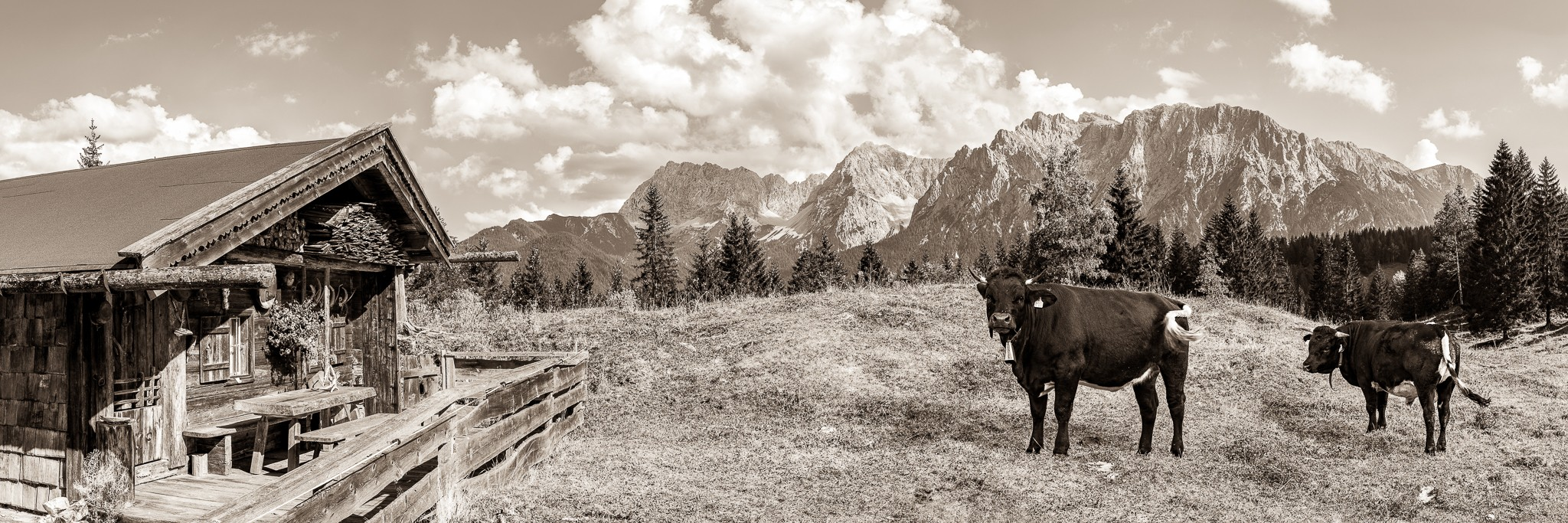 Alm mit Karwendelblick - Mittenwald Bergpanorama - Sepia