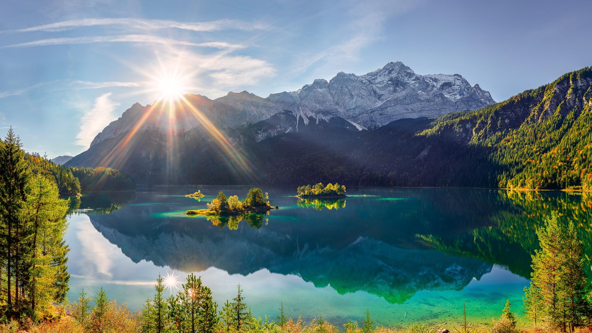 Der am Fuße der Zugspitze gelegene Eibsee bietet im Herbst einen wunderbaren Blick auf das Zugspitzmassiv.