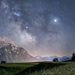 Bergwiese bei Nacht